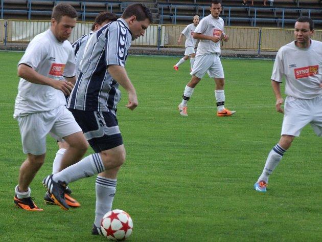 První přípravné utkání mají za sebou fotbalisté Náměště-Vícenic (v bílém) a Budišova-Náramče. Jejich vzájemný duel vyhráli hráči od řeky Oslavy.