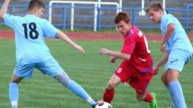 Starší dorostenci HFK Třebíč (v červeném) v posledním domácím zápase sezony porazili Boskovice. Vítězně se s vlastním publikem rozloučili i jejich mladší kolegové.