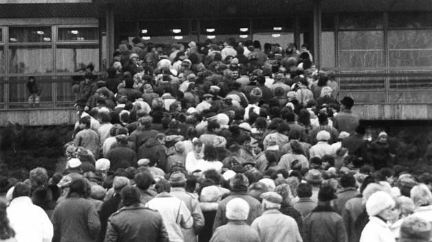 Prohlédnout si budovu Okresního výboru Komunistické strany Československa chtěly po převratu davy lidí.