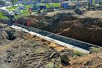 Snímek z rekonstrukce železničního přejezdu v Okříškách.