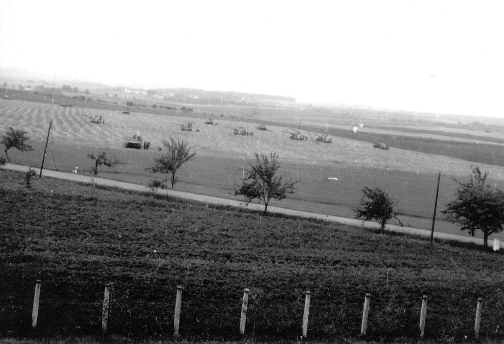 Tanky v palebném postavení u Lhotic před Jemnicí.