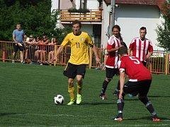 Vladislav (ve žlutém) v souboji sousedů v tabulce vedla nad rezervou Náměště-Vícenic po poločase už 3:0, ale hosté zápas po přestávce čtyřmi góly otočili.