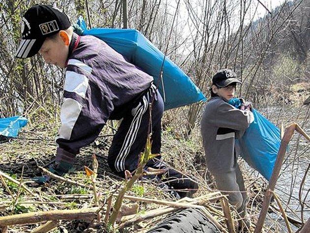 Jarního čištění přehrady se zúčastnilo přes 50 lidí.