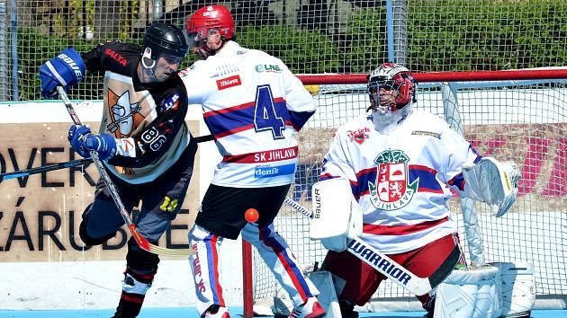V krajském druholigovém derby zdolali hokejbalisté Okříšek (v tmavém) své rivaly z Jihlavy výsledkem 6:3.