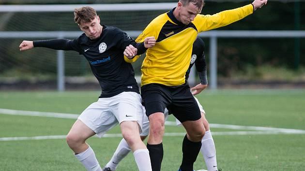 Fotbalisté Jemnicka (ve žlutém dresu) si mohou oddechnout, také v příštím ročníku budou zřejmě působit v 1. A třídě.