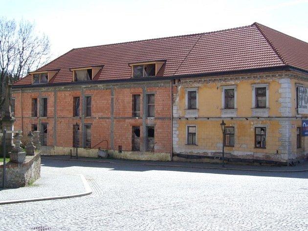 Hotel. Rozestavěné budova již dlouho hyzdí střed Náměště.
