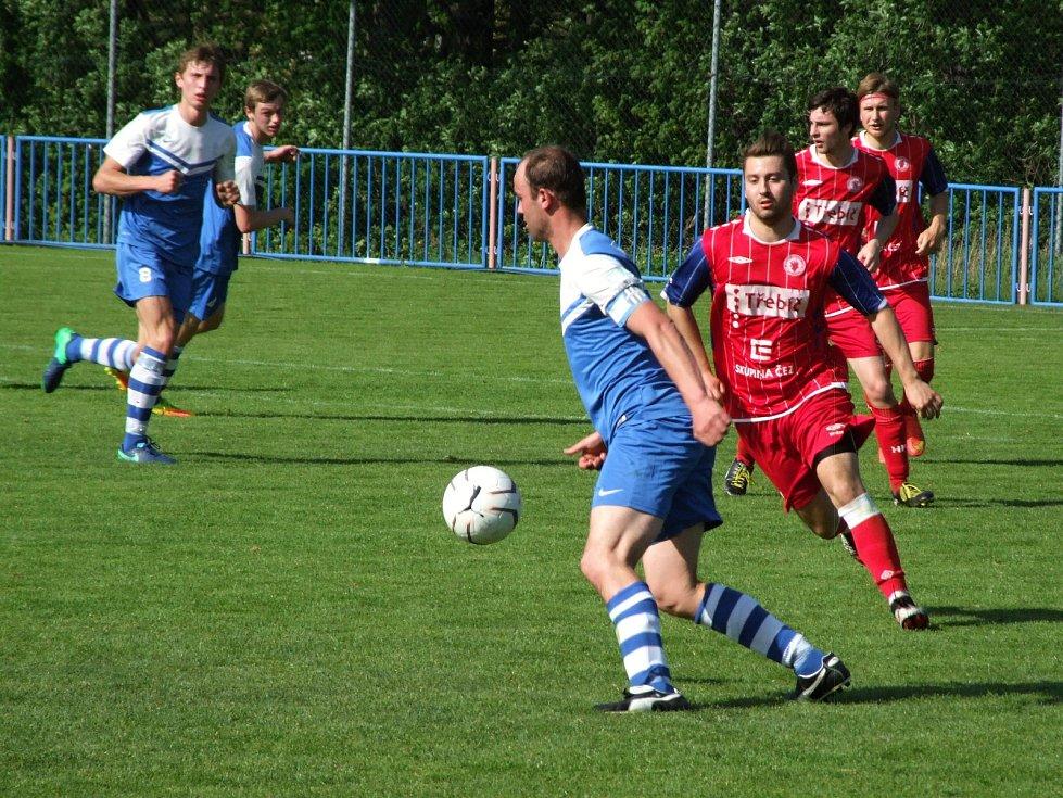 Juniorka HFK Třebíč (v červeném) proti Želetavě dvakrát vedla, na začátku druhého poločasu do konce i o dva góly, ale nakonec vyšla bodově naprázdno. Hosté smazali dvoubrankové manko na třetí gól soupeře reagovali obratem.