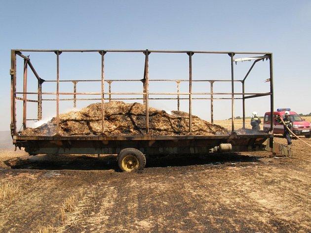 Požár sběrného vozu na poli u Martínkova.