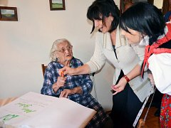 Paní Marie Boková oslavila krásných 101 let. Popřát jí přišly i členky kulturního výboru obce Březník.