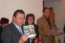 Pokřtila ho předsedkyně mikroregionu Jana Kiesewetterová (vpravo).