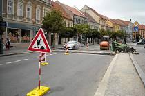 Přechod pro chodce uprostřed Karlova náměstí v Třebíči už je bezpečnější. Dlažební kostky na vozovce jej od uplynulého víkendu nelemují.
