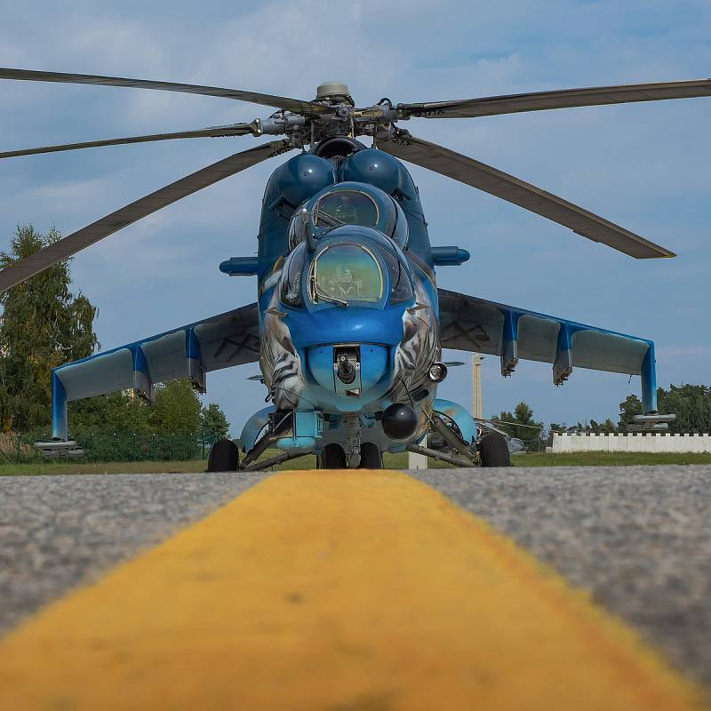 Mi-24 s tygří kamufláží.