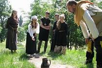 Soutěžící museli předvést také šikovnost například při hře, ve které trefovali mince do džbánu.