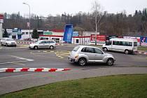 Dříve určovaly přednost v křižovatce třebíčských ulic Brněnská, Velkomeziříčská a Cyrilometodějská svislé dopravní značky, dnes už se řidiči orientují pouze podle pravidel kruhového objezdu.