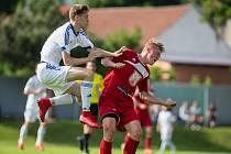 Fotbalové utkání mezi FC Velké Meziříčí B a SK Huhtamaki Okříšky. V něm roli výborného hlavičkáře potvrdil Martin Mašek (ve výskoku).