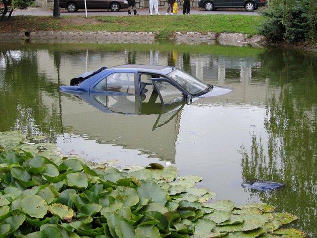 Z potápějícího se vozu se řidič naštěstí dostal vlastními silami ještě před příjezdem záchranářů.