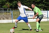 V souboji s favorizovaným Pelhřimovem dokázali fotbalisté Náměšti nad Oslavou (v zelených dresech) vybojovat bod za remízu 2:2.