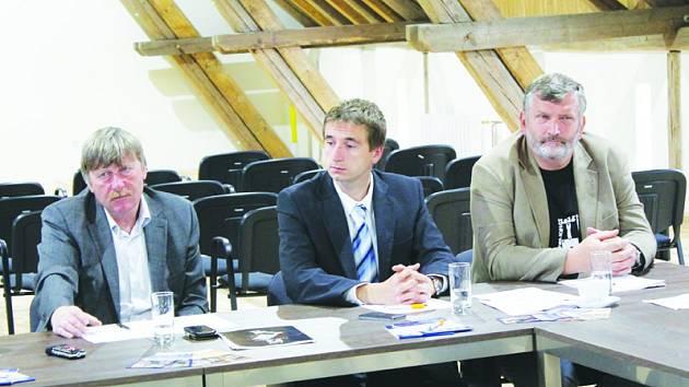 Zleva starosta Telče Roman Fabeš, uprostřed Lukáš Vlček z Pacova a vpravo Vladimír Měrka, starosta Náměště nad Oslavou.