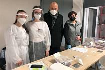 Studentky z Třebíče pomáhají s testováním ve firmách.