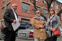 Vnučka Dolores Bata a její dcera Guiomar zavítaly včera odpoledne do továrny, ve které působil jejich slavný předek. Průvodcem jim byl Richard Horký, ředitel TTS energo, která průmyslový areál z velké části revitalizuje.