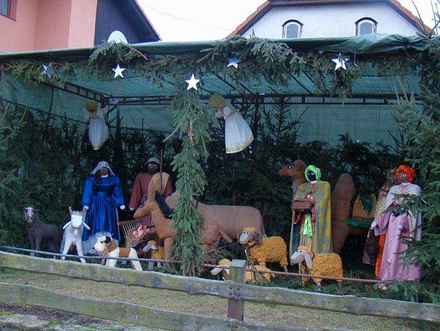 """Anna Valová staví betlém před svým domem ve Slavěticích každý rok. """"Pomáhají mi moji blízcí,"""" řekla. Jejich společný výtvor převyšuje ve velikosti i početnosti postav kdejaké obecní betlémy."""
