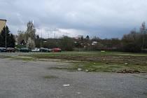 Bývalé školní hřiště, ležící mezi garážemi a sídlištěm, nyní slouží pouze k parkování aut.