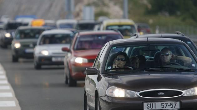 Provoz na dálnici D1 ve směru na Prahu ve středu na dvě hodiny zastavila série dopravních nehod.