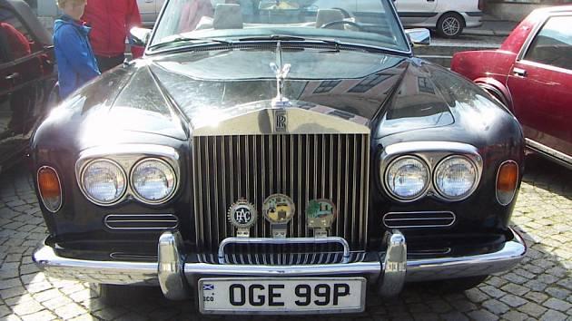 Rolls Royce Corniche z roku 1972 na třebíčském Karlově náměstí, kde se konalo uzavírání veteránské sezony.