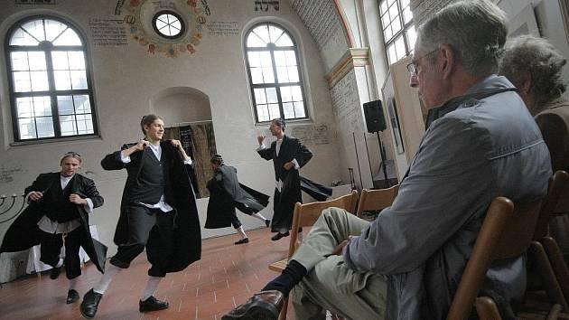 Pro návštěvníky akce, kteří mohli ve středu zavítat také do nové bezbariérové kavárny Vrátka, vystoupila taneční skupina Yocheved s ukázkami židovských a historických tanců.