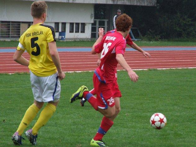 Po několika zápasech vyšel starším dorostencům Třebíče (v červeném) vstup do utkání.