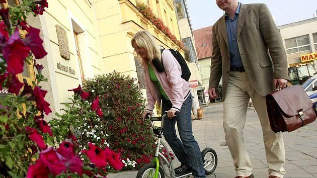 Příkladem šla koordinátorka kanceláře Zdravé město Iveta Ondráčková, která přijela do práce na koloběžce. Také starosta Ivo Uher dorazil na radnici po svých.