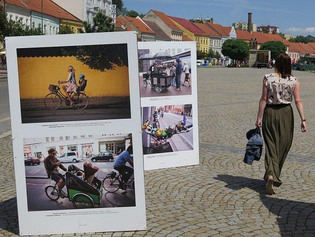 Do 20. července si může kdokoli na Karlově náměstí v Třebíči prohlédnout výstavu fotografií pod širým nebem. Snímky zobrazují život na kole obyvatel dánské Kodaně.