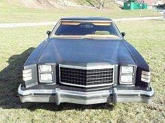Ford Ranchero 1978 je křížencem trucku a osobního vozu. Pod kapotou ukrývá motor o obsahu 6,6 litrů.