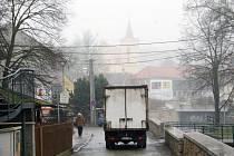 """Nepřehledná dopravní situace panuje v Kočičině. Mezi automobily se tu proplétají chodci a řidiči si s rychlostí hlavu nelámou. """"Největší problém jsou rychle jezdící auta,"""" tvrdí zdejší obyvatelé."""