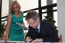 Memorandum za silnici I/23 a navazující I/34 podepsali v Třebíči zástupci téměř šedesáti obcí na trase mezi Brnem a Českými Budějovicemi. Podpořil jej i senátor Miloš Vystrčil.