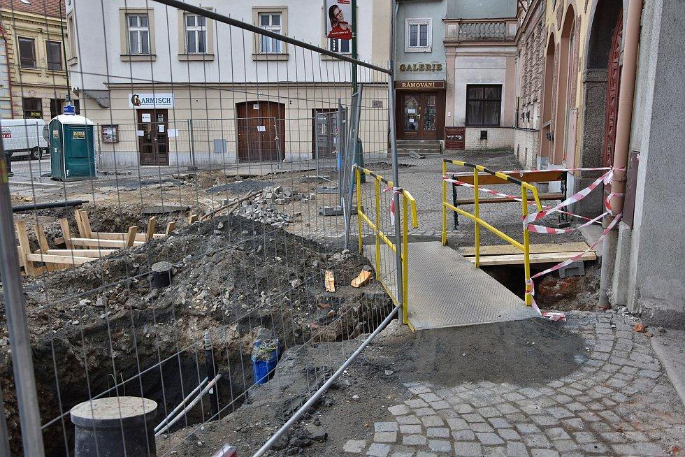 Pokračující revitalizace horní strany Karlova náměstí v Třebíči.