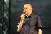 Konferenciér Folkových prázdnin v Náměšti and Oslavou, řečený Ďoubal.