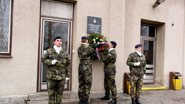 Válečný letec položil věnce k pomníku spolubojovníka.