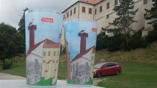 Vratné kelímky s motivem třebíčských památek.