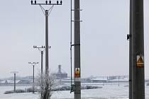 Vedení vysokého napětí napájí od roku 1994 závod Tipafrost elektrickým proudem. Dnes však sloupy brání soukromému majiteli v nakládaní s jeho pozemkem. O lukrativní parcelu v rozvojové zóně se zajímají investoři.