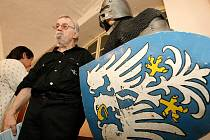 """Perokresby, brožury ale i brnění to vše je od soboty k vidění v Muzeu řemesel v Moravských Budějovicích. Až do 15. srpna tu vystavuje budějovický rodáka, patriot a hlavně milovník historie Bohuslav """"Bojda"""" Strnad."""