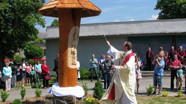 Mši svatou sloužil Martin Grones z Velkého Újezda, který během bohoslužby soše požehnal. Jako materiál k výrobě dřevěné rytiny světce posloužilo dřevo ze staré lípy přímo z Mladoňovic.