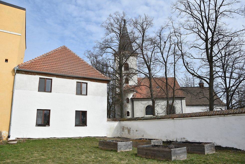 Hned vedle areálu zámku se nachází Okříšský kostel.