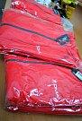 Zástupkyně pečovatelské služby převzaly 20 kusů zateplených fleecových mikin v charitních barvách.