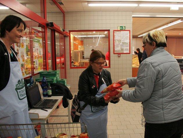 Potraviny v borovinském supermarketu vybírali pracovníci i dobrovolníci třebíčské charity.