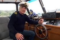 """Kapitán lodi vysočina se po hladině Dalešické přehrady plaví už druhou sezonu. """"Všichni tvrdili, že to nejde. A ono se ukázalo, že když se chce, tak to jde,"""" říká."""