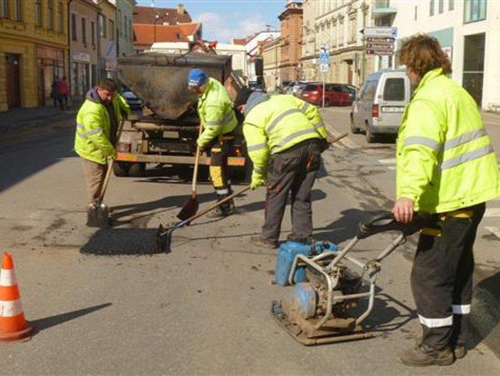 Opravy výtluků v Třebíči.
