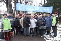Tři desítky diabetiků se sešli na startu pochodu Libušiným údolím, aby upozornili na alarmující počet 720 tisíc registrovaných nemocných diabetem v České republice.