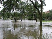 Povodně v roce 2002 na Třebíčsku. Rozvodněná řeka Jihlava.