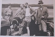 """Na zámku v Náměšti opět lidé můžou zavítat do královského apartmánu. Uvidí toho víc než loni. Například několik fotografií VIP hostů. Na tomto snímku je pánská podzimní vyjížďka přátel v roce 1939. Na ní jsou (zleva): Heinrich Haugwitz, Josef Eduard """"Bubi"""